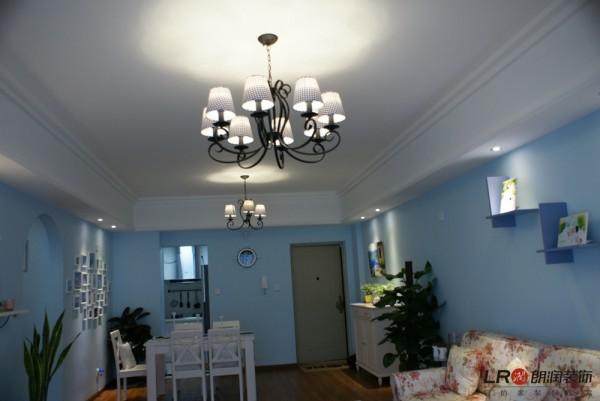 客厅一角,浅淡的蓝和纯洁的白,以及灯光的配饰都是完美无缺的噢!