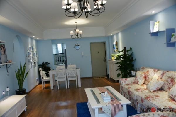 客厅细节,造型简单,淡淡的蓝色搭配纯洁的白色是主调,清雅宁静的美好!