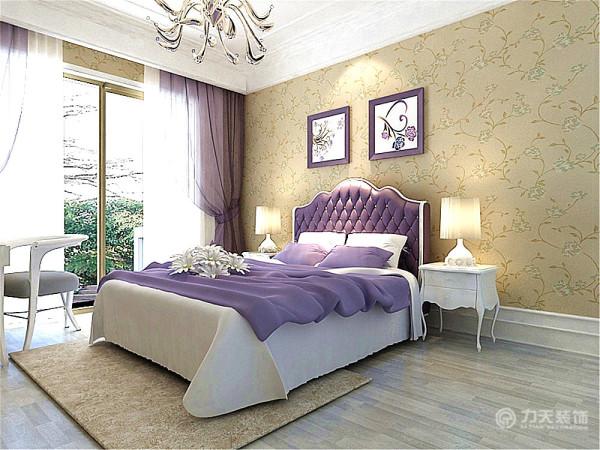 次卧得吊顶采用石膏线堆叠、拼接而成,加以水晶灯装饰,彰显高贵、大气。其次墙面采用欧式碎花壁纸。最后地板我采用的是木地板,适合卧室铺贴。淡紫色的卧室,很是清新高贵