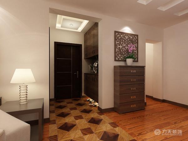 在入户门的玄关的地方打了一个鞋柜。该鞋柜是上下分开的,玄关属于比较暗的空间,因此在吊顶的选择了灯池吊顶,来增加空间亮度。在过道的地面的设计上采用的是地板拼花的形式。