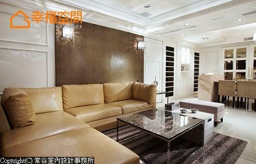 整体以经典的美式线条及图腾串联,于客厅背墙点缀壁灯更显精致。