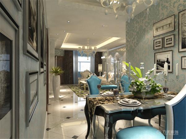 餐厅做了与客厅相同的吊顶,两边挂上了壁画,餐桌选用了深色的,椅子用了与客厅单人椅相同的颜色形成了呼应