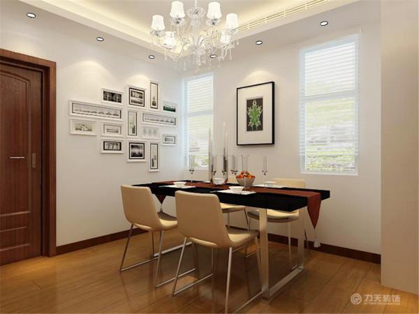 餐厅摆放的是现代的四人餐桌,墙面上挂了照片墙,可以将平时的生活照挂在这里,回忆过去的美好时光