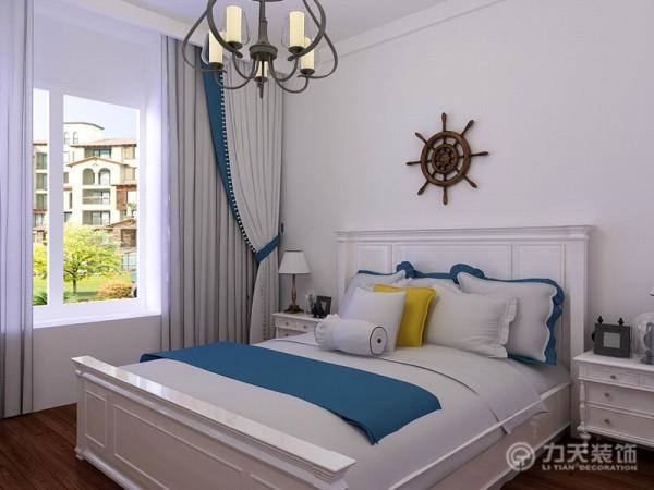 在床头的部分也放置了地中海风格的装饰物,起到了点睛之笔的作用。地面采用了实木复合地板的设计,实木复合地板的脚感比较好,非常适合用在卧室里。地板的重木色也和其他的浅色形成很好的空间色彩搭配。