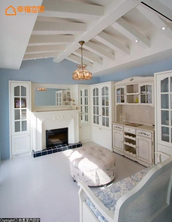 一般做为神明厅使用的顶楼空间,有着极佳的采光条件;从屋主珍爱的一件乡村风格餐柜开始,规划白色木作格子收纳柜、沙发,成为最适合阅读的休闲段落。