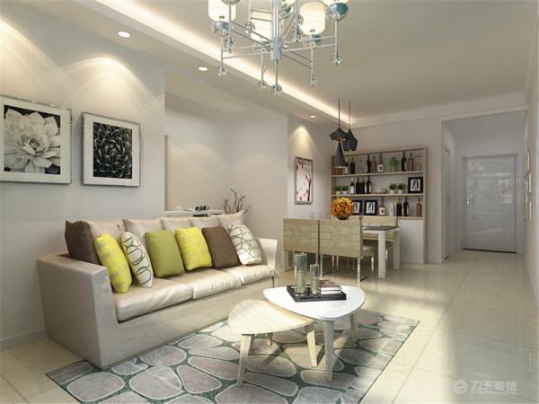 客厅沙发采用浅卡其色皮质沙发,注重质感的同时兼顾舒适,运用几个亮色抱枕活跃氛围,深色的地毯降低重心,防止过于飘逸。