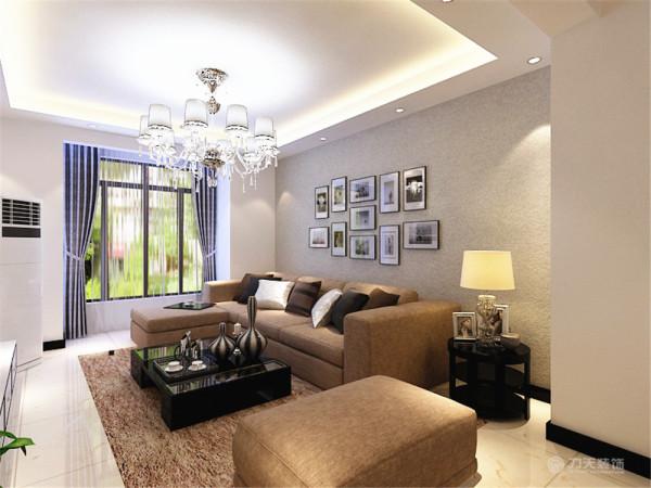 沙发背景墙是以画和壁纸为主,整个空间的软装都是以咖色为主,吊顶则是简单的回字形吊顶,彰显了极简主义的特点。装饰品和画、绿植是起点缀作用,整个起居室是以暖色为主。既趋于现代实用,又明亮大方的特征