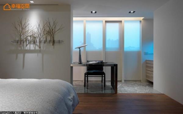 以地坪的变化区隔卧眠区与书房,半遮掩的隔间为睡眠的人挡去清晨的扰人天光。