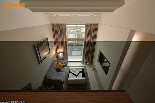 以灰玻安排补足日常起居的安全性,而在高度拿捏上,与主墙、背墙形成切齐效果。