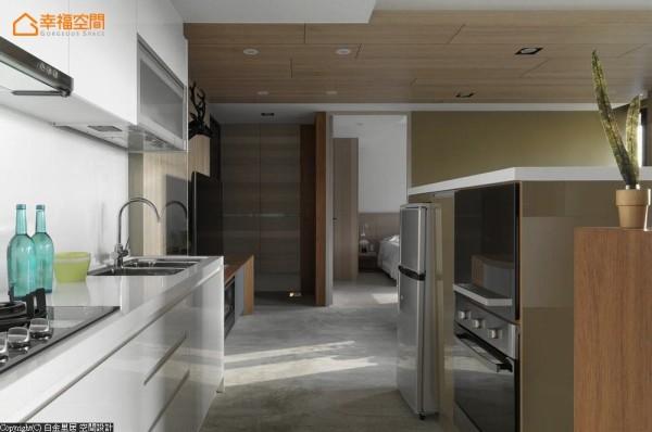 将吧台的台度拉高,让厨房里头的电器设备得以整合入内。