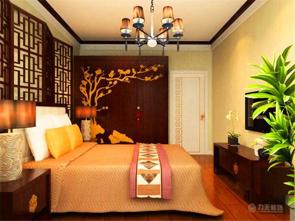 主卧采用和客厅不一样的氛围,使主人不至于审美疲劳,增加新鲜感,整体采用深木色家具,采用饱和度很低的橘色床单,搭配饱和度很高金黄色抱枕,使空间局部色彩跳跃,增加亮点。