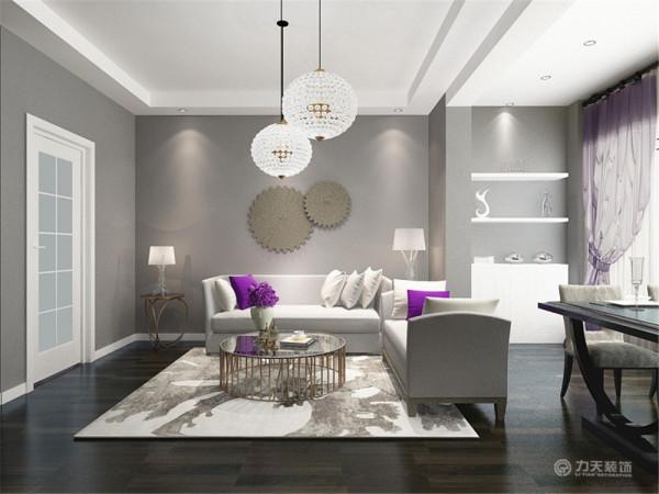 沙发背景墙放有两个圆形的装饰物,点缀了空间,沙发采用白色的布艺,简洁明了的表达了主题。紫色抱枕和紫色的植物,为空间曾添了一抹亮色,使空间不单调