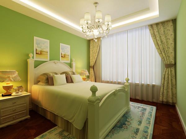 主卧室的空间采用了浅绿色的墙面漆,顶面做了石膏板造型,地面是深色实木地板拼花。在这样的空间内放置了田园风格的白色床体,显得浪漫又有生活气息。