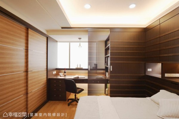 思考房型格局与生活起居的合理关系,将迎光面的畸零角落规划为书桌空间,换取更加完整的卧区范围。