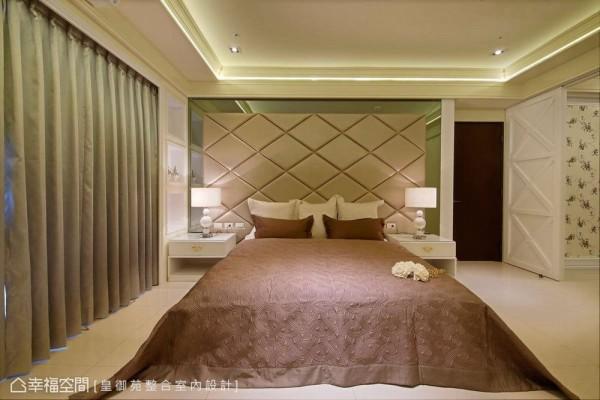 透过窗帘盒存在性,皇御苑设计顺势埋入冷气管线与展列柜体,精算后的侧柜宽度,循序搭接灰镜与香槟金皮革构织的床头主景。
