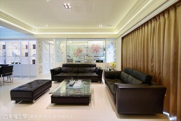 沙发背墙换以琉璃玻璃为艺术亮点,考虑尺寸所带来的限制,设计师陈谊藉以不锈钢元素作为线性框定,沁光打造视野趣味。