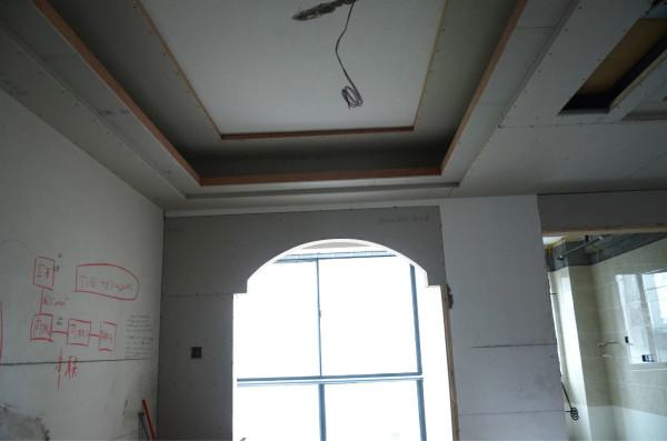 餐厅的吊顶,及装修工人写在墙壁上的电路计划