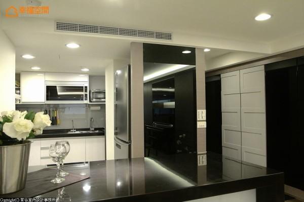 拉大格局后的厨房有了吧台的配置空间。