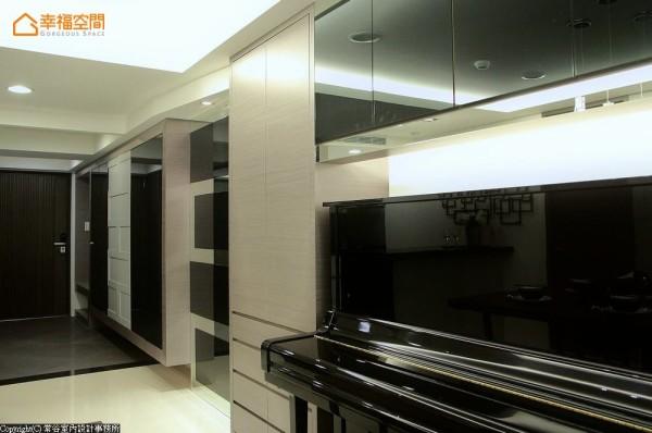 结合灰色烤漆、黑镜与明镜的交错运用,融入咖啡色木皮的暖度调和,完美融合简约大器与现代时尚的设计期待。