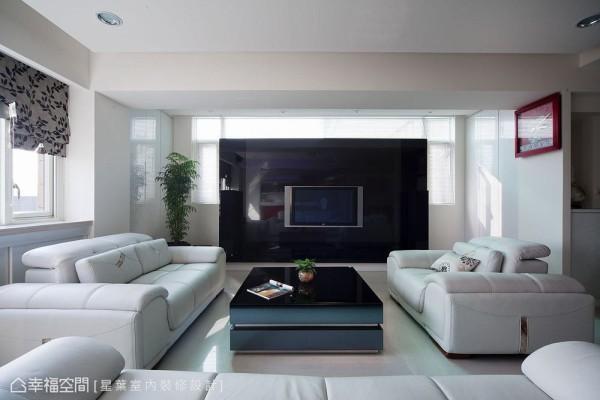 由皮革与烤玻构成的电视主墙,保留上方与两侧的采光范围,在时尚对比的现代质感之外,又多了一份温馨雅韵。