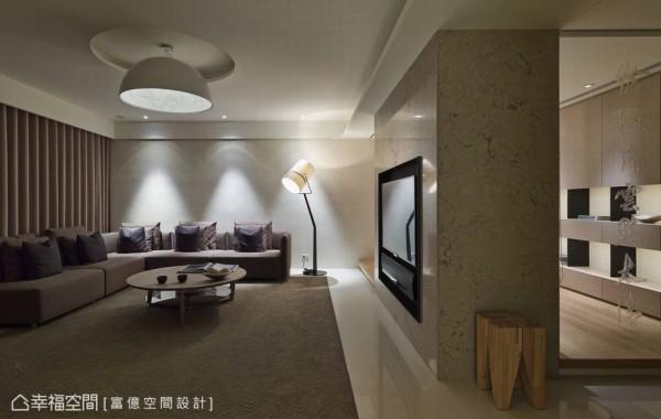 向后延伸包覆的大理石电视墙,后方纳入佛桌的桌面空间,切齐的概念修饰出完整简约的空线条。