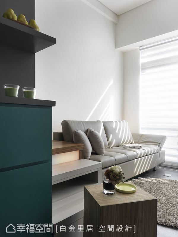 除了上掀式的收纳设定,白金里居室内设计在镂空式的梯脚面向预留线路,可让屋主摆放影音等播放设备。