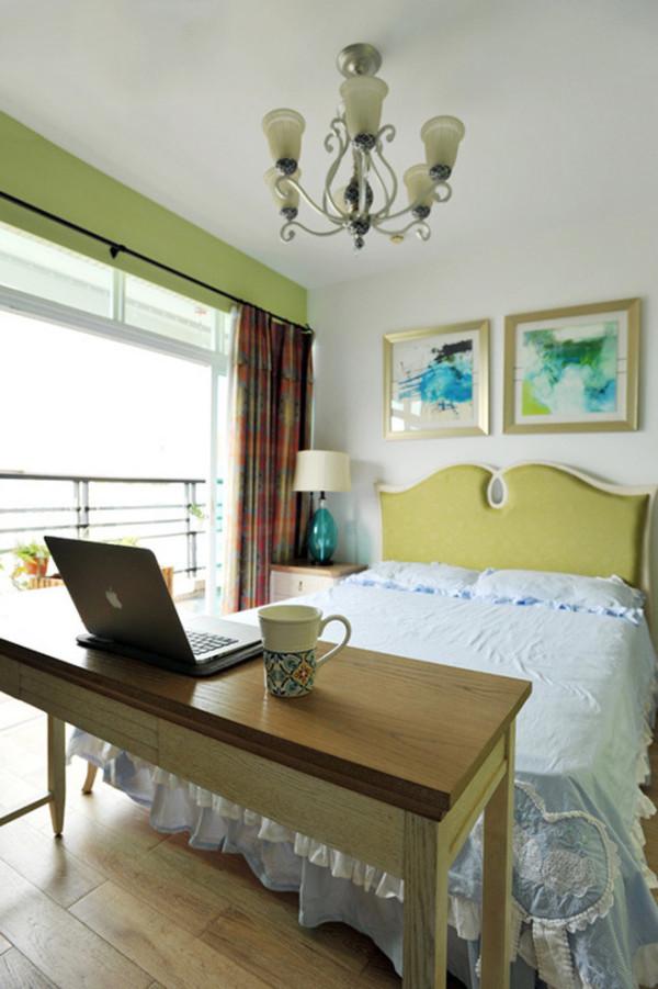 卧室配有小阳台,大门窗的采光条件完全不在话下。为了营造安静舒心的环境,设计师用绿色作为卧室的主题,养眼且耐看