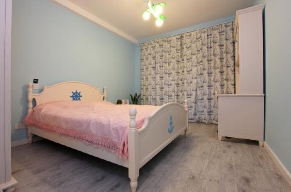 卧室走小清新路线,淡蓝色和粉红色调皮可爱,海船的代表元素随处可见:舵、锚、帆船......