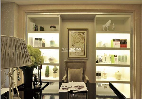 书房采用绿色温馨时尚现代元素,书柜的设计采用通透的光亮提升效果,这样看上去若有若现。