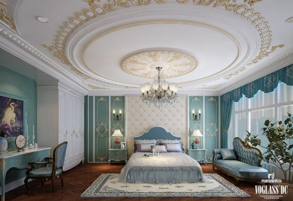 主卧延续了这一色调搭配,同时增加了较多的主人喜欢的青色,中和金色的辉煌。整个卧室雅致整洁,柔和清新的色调缓解繁重的生活压力。