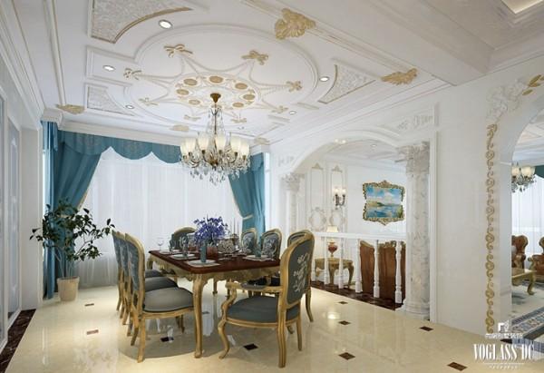 餐厅入厅口处多竖起两根豪华的罗马柱,营造法式的奢华浪漫;墙面的石膏雕花与吊顶的金色装饰烘托豪华效果;蓝绿色桌子与窗帘共同构成用餐的多彩环境,提高实用性和美观度。
