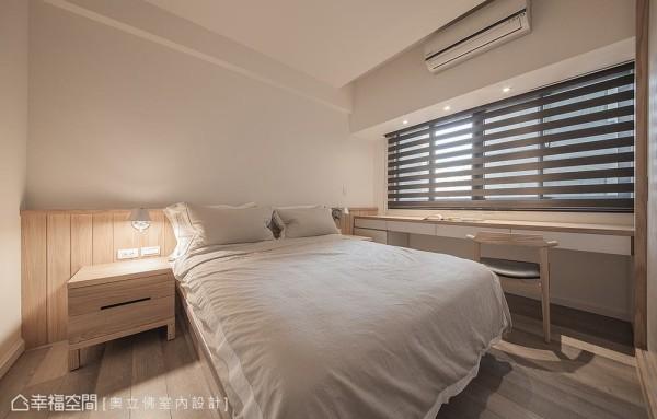窗台下设定书桌,放大可使用的桌面面积,同时摆放对称的床头柜,满足男屋主对房间的机能期待。