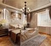 地砖的铺设颜色相仿,床铺的颜色配上复古的背景墙,仿佛置身雅典城堡享受着王室般的生活。