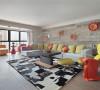 在客厅里,我们可以见到源自意大利和葡萄牙的橘色挂饰,有代表着60年代美国反叛精神的风干木墙板,也有做工一丝不苟的德国产客厅家私;