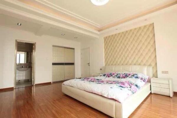 卧室,挺括笔直的长线条,纹路粗犷简洁的木质地板,以白为色主色调的涂料,将其勾勒的异常空旷。值得注意的是,在主人的空间,我们看到的,反而是最少的装饰