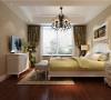 精致的宫廷花纹墙纸,白色金边的家具布置以及复古的欧式吊灯,整体卧室精美得仿佛一件艺术品。