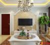 电视墙采用象牙白为主色调,以浅色为主深色为辅。相对比拥有浓厚欧洲风味的欧式装修风格,简欧更为清新、也更符合中国人内敛的审美观念。地毯的舒适脚感和典雅的独特质地与西式家具的搭配相得益彰。