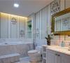 卫生间:简单洁净,精致的墙面花纹,金色的镜框设计,大的镜面拉伸了视觉上的空间感。