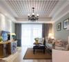 清新唯美,蓝色碎花布艺沙发,浅绿色的墙面处理以及原木的电视柜,加上白色铁架和绿植,凸显了整个空间的自然本质。