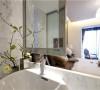 贵气加大气而又不失自在与随意。墙纸恰到好处的运用与房间家具的相互呼应,给房间提供了和谐温馨感。