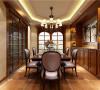 皮质的座椅搭配实木质的餐桌,橱柜的书架的设置增添了几分文艺风范,生活由此变得丰富。