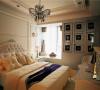 墙面的装饰画十分特别,欧式的床体,大量的荷叶边的设计,充满了奢华浪漫的气息。