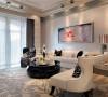 客厅作为接待客人的空间,这里的装饰并不算豪华,简单的黑白配色但十分有气势,现代感十足的装饰画,银色的吊顶,打造出高端的简欧风景的客厅。