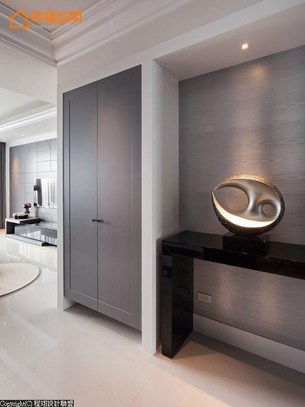 灰色系柜体与波浪纹立体壁纸,围塑现代雅致入门氛围。
