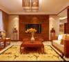 中式风格的客厅具有内蕴的风格,为了舒服,中式的环境中也常常用到沙发,但颜色仍然体现着中式的古朴,中式风格这种表 现使整个空间,传统中透着现代,现代中揉着古典。