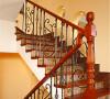 北京别墅装修——楼梯。楼梯的扶手为木质,立体框架为铁艺,美观而实用。