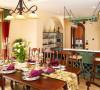 北京别墅装修——餐厅。精致高雅的餐具,醒目的枚红色餐巾,纯洁的白色百合花香味弥漫在空气中,让人仿佛做客于意大利农庄主人家。