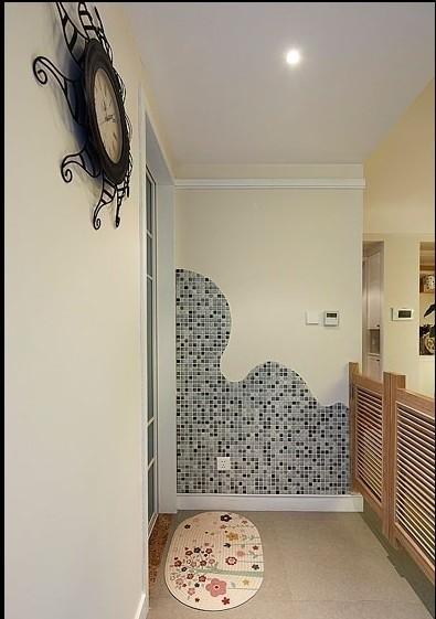 马赛克墙砖根据设计图切割贴紧,波浪式的线条更加柔和。