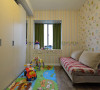 小小的儿童房里贴满色彩墙纸,小飘窗外加墨绿窗帘,带来童话故事里的缤纷想象。用沙发床替代普通的儿童床,节省了占地空间,白天有客人来访,这里可以暂且当娱乐室一用。