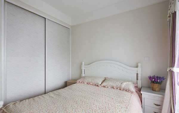 这个房间以粉色和白色为主色调,家具以实用为标准,整体简约而不失大气。